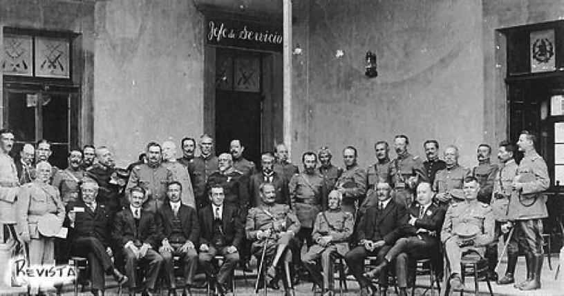 El general José María Orellana con espada envainada en mano (al centro), fotografiado alrededor de su gabinete y altos mandos del ejército.