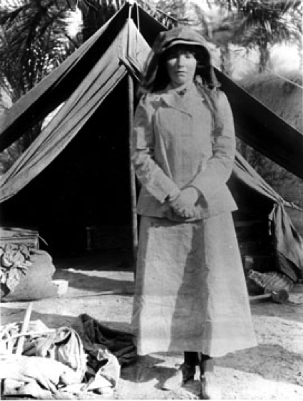 "La verdadera Gertrude Bell en un campamento del desierto. El que Nicole Kidman la encarne en esta película le hace sin duda un gran favor a la mítica aventurera, tarea que no resulta tan sencilla, pues no es nada fácil tratar de convertirse en una persona tan interesante como contradictoria, que en una ocasión escribió: ""…Their tenets forbid them to look upon an unveiled woman and my tenets don't permit me to veil –I think I'm right there, for it would be a tacit admission of my inferiority wich would put our intercourse from the first out of focus. Nor is it any good trying to make friends through the women –if the women were allowed to see me they would veil before me as if I were a man. So you see I appear to be too female for one sex and too male for the other…""."