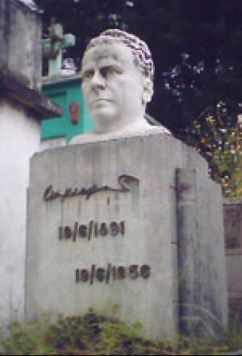 Tumba de Wyld Ospina en el Cementerio General de Quetzaltenango, con busto ejecutado por otro gran artista guatemalteco, Rodolfo Galeotti Torres.