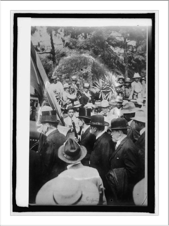 Histórica fotografía del momento en que don Manuel, ya habiendo capitulado, marcha hacia su prisión acompañado por el cuerpo diplomático, tras 8 días de violentos combates en la capital y principales ciudades del país.