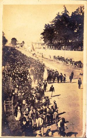 La manifestación del 11 de marzo avanza frente a la Penitenciaría, en las goteras de la ciudad, rumbo al edificio de la Academia Militar, a donde se había trasladado a los diputados.