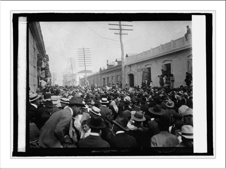 Maravillosa fotografía de la mañana del 8 de abril de 1920, completamente tomada por la población, en espera de lo que decida la Asamblea Legislativa sobre el futuro del dictador atrincherado en La Palma.