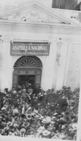Histórica fotografía del 8 de abril de 1920, cuando el ya presidente provisional Carlos Herrera abandona la sede de la Asamblea Legislativa.