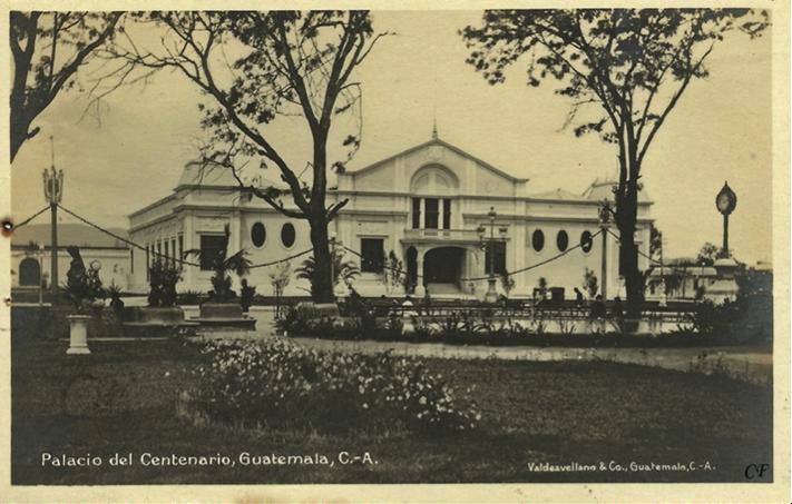 Hermosa fotografía del Palacio del Centenario, levantado en el lugar en donde hoy se encuentra la Concha Acústica. La noche del 14 de septiembre de 1921 se realizó un baile de gala, al que asistieron casi 4,000 personas.