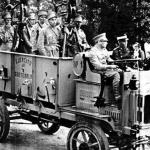 Transporte motorizado de tropa en un desfile en las calles de ciudad de Guatemala, década de 1920.